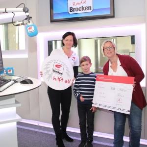Radio Brocken hilft eV_Spendenuebergabe an Corinna Cyliax und Sohn Clemens_01